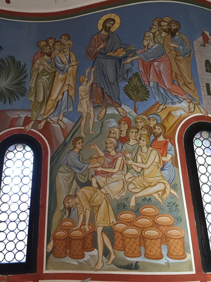 """Allora Gesù prese i pani e, dopo aver reso grazie, li diede a quelli che erano seduti, e lo stesso fece dei pesci, quanto ne volevano. E quando furono saziati, disse ai suoi discepoli: """"Raccogliete i pezzi avanzati, perché nulla vada perduto"""". Li raccolsero e riempirono dodici canestri con i pezzi dei cinque pani d'orzo, avanzati a coloro che avevano mangiato. (Giovanni, 6, 11 - 13)"""